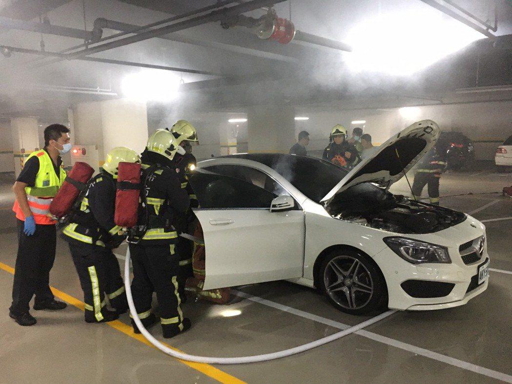 台中市太平區環中東路三段一棟大樓地下二樓停放的1輛轎車,晚間突然起火,警方和消防...