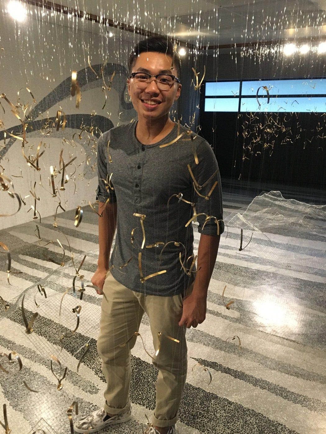 「歸巢」是藝術家游主業思鄉的一種抽象意念表現,6,000隻姿態各異的小鳥由外飛回...