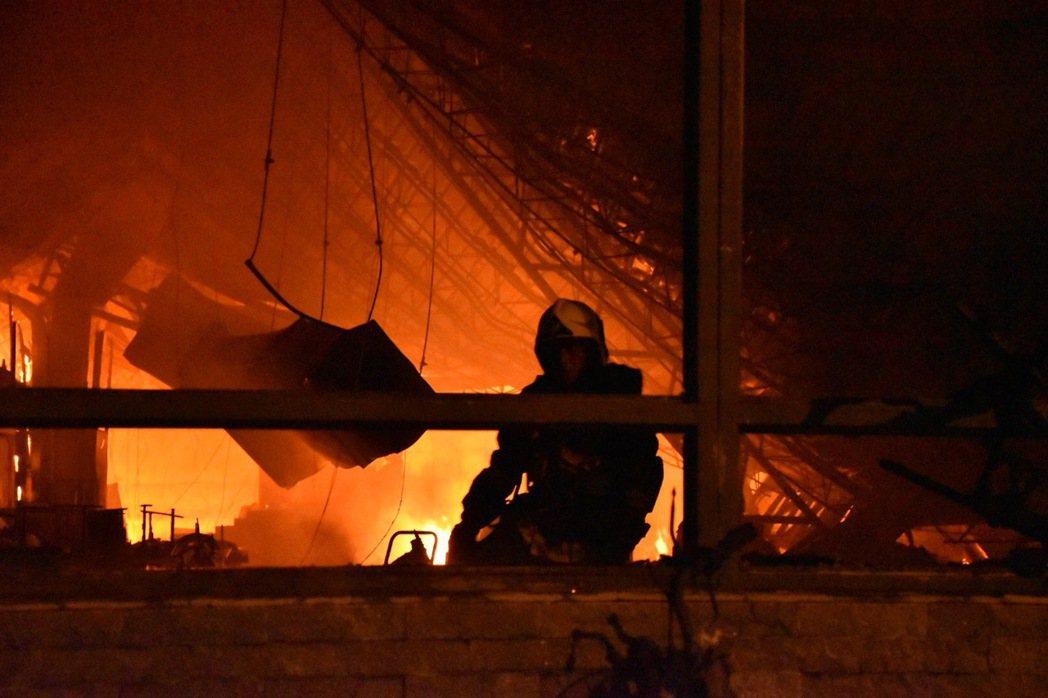 高市消防出動滅火。記者蕭雅娟/攝影