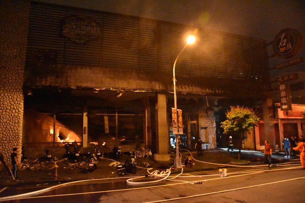 火鍋店驚傳火警,高市消防出動滅火。記者蕭雅娟/攝影