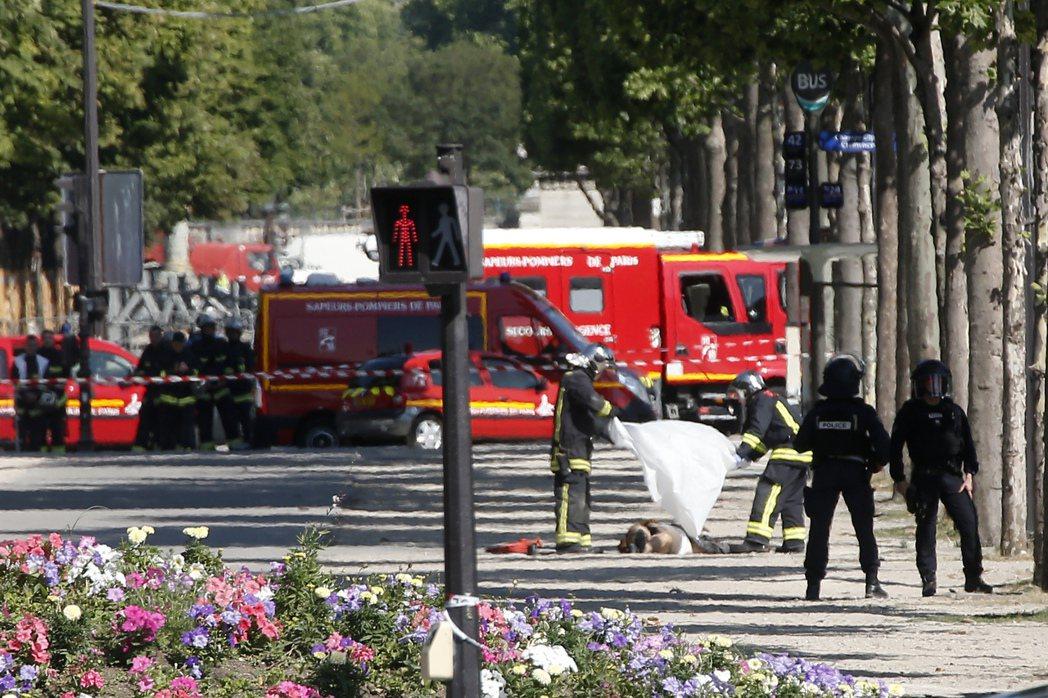 1名男子19日於法國巴黎香榭麗舍大道駕車衝撞警車,發動攻擊的男子最後躺臥街道,警...
