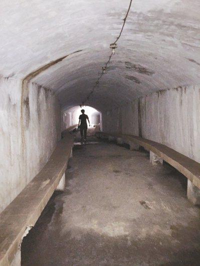 基隆港西岸中山三路的防空洞又大又長,兩旁還有石椅。 圖/林佩儀提供