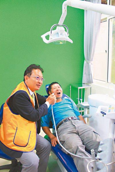 香園紀念教養院新牙科診療室啟用後,院生得以在熟悉的環境中,放鬆心情就診。 記者郭...