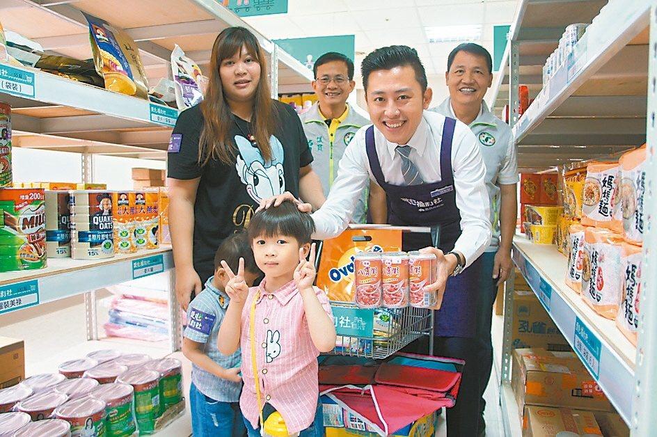 新竹市長林智堅(右)說,透過愛心福利社將物資發揮最大效益。 圖/市府提供