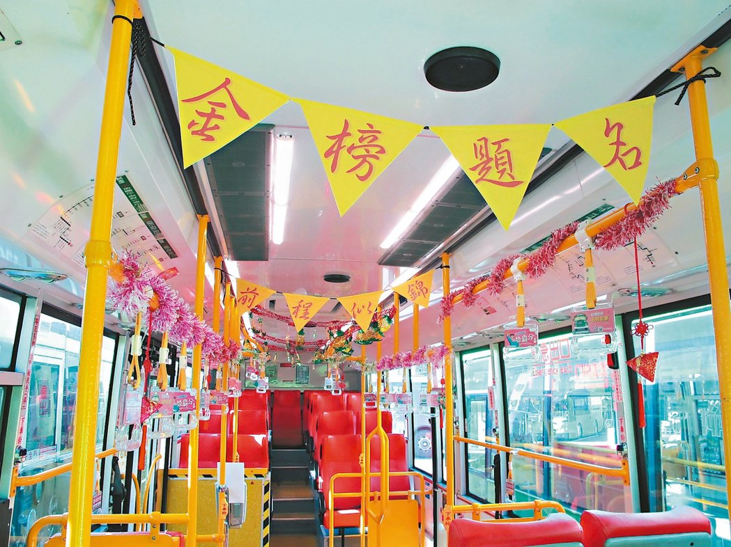 行經多所高中職的高雄市100路公車變為主題公車,幫考生祈求金榜題名。 記者蔡孟妤...