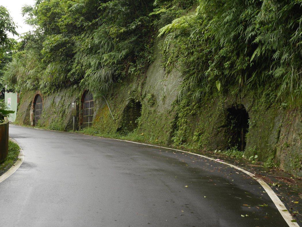 基隆港西岸山區的防空洞成串。 記者吳淑君/攝影