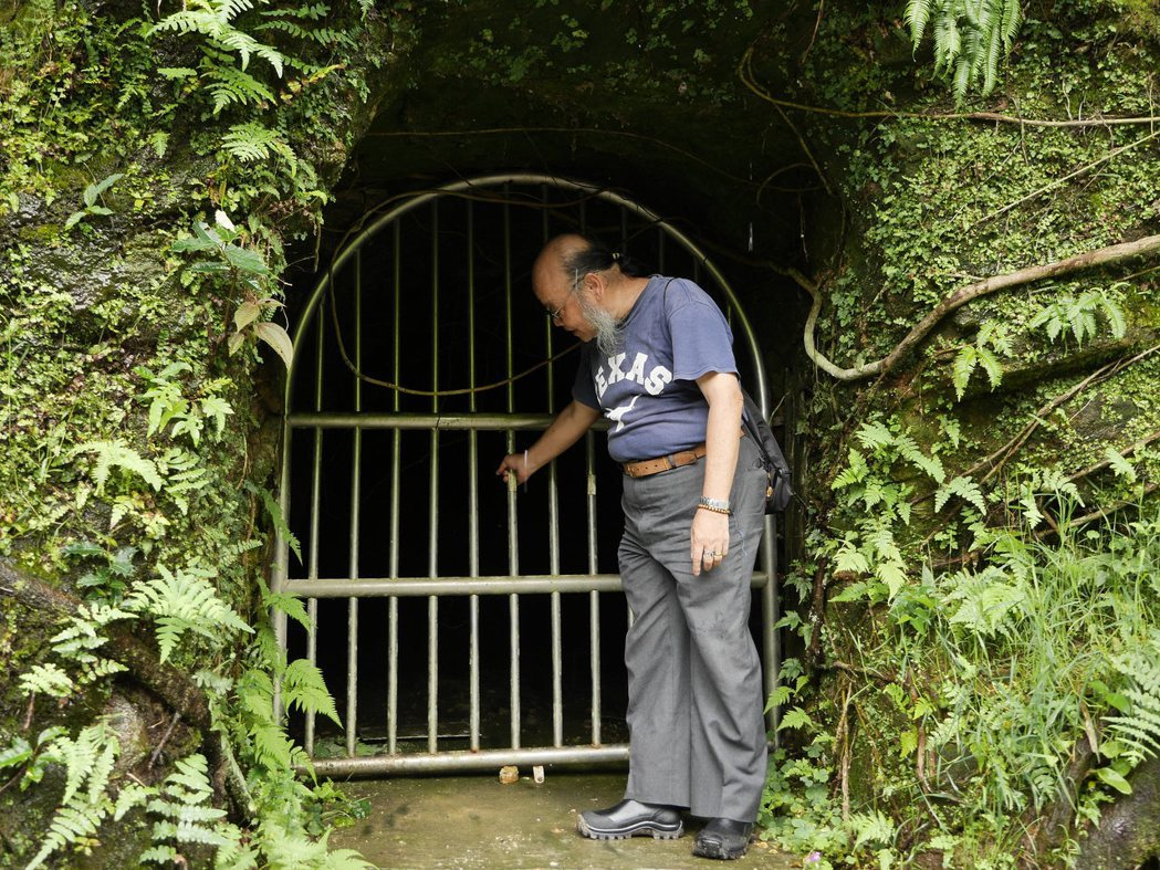 防空洞被焊死,文史工作者李正仁直呼可惜,他認為鐵門阻隔了民眾走讀基隆歷史的機會。...