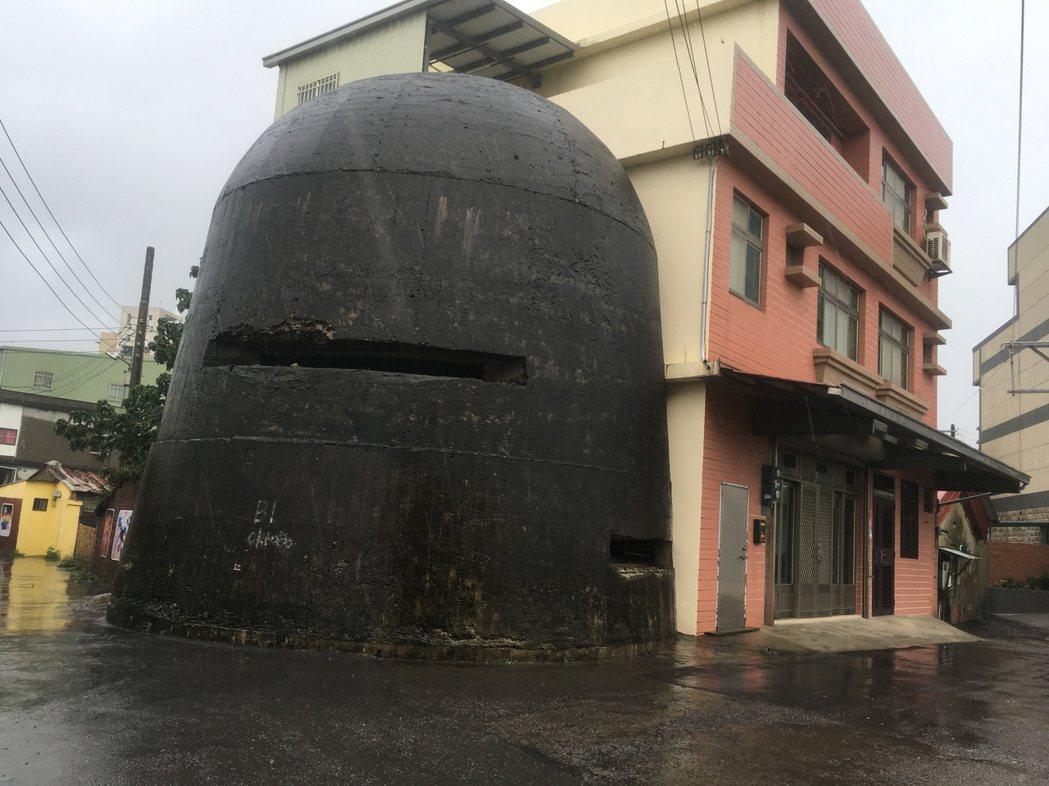 新竹康樂里康樂段防空碉堡,黑黑的碉堡緊鄰民宅,極具特色。 記者張雅婷/攝影