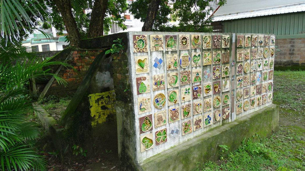 台南麻豆總爺藝文中心將閒置防空洞外牆改造活化為陶玻裝置藝術。 記者謝進盛╱攝影