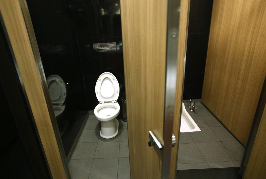 民眾上廁所的壞習慣一籮筐,讓清潔人員苦不堪言。 記者高彬原/攝影