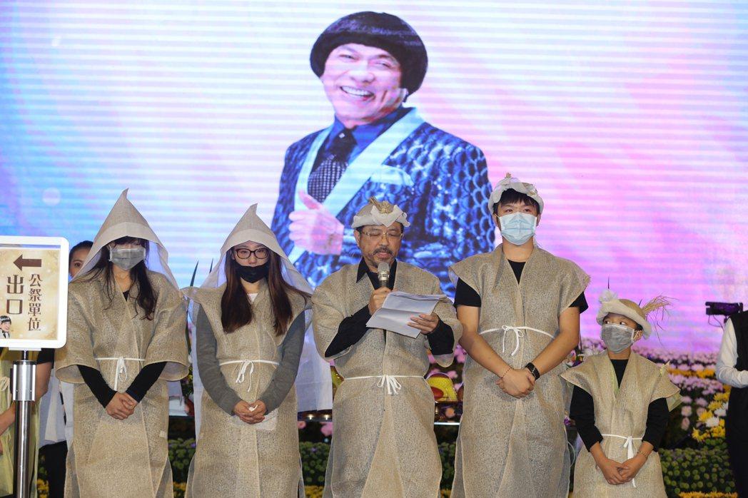 豬哥亮大兒子謝順福帶著家人謝謝大家讓爸爸高興。 圖/台北市攝影記者聯誼會提供