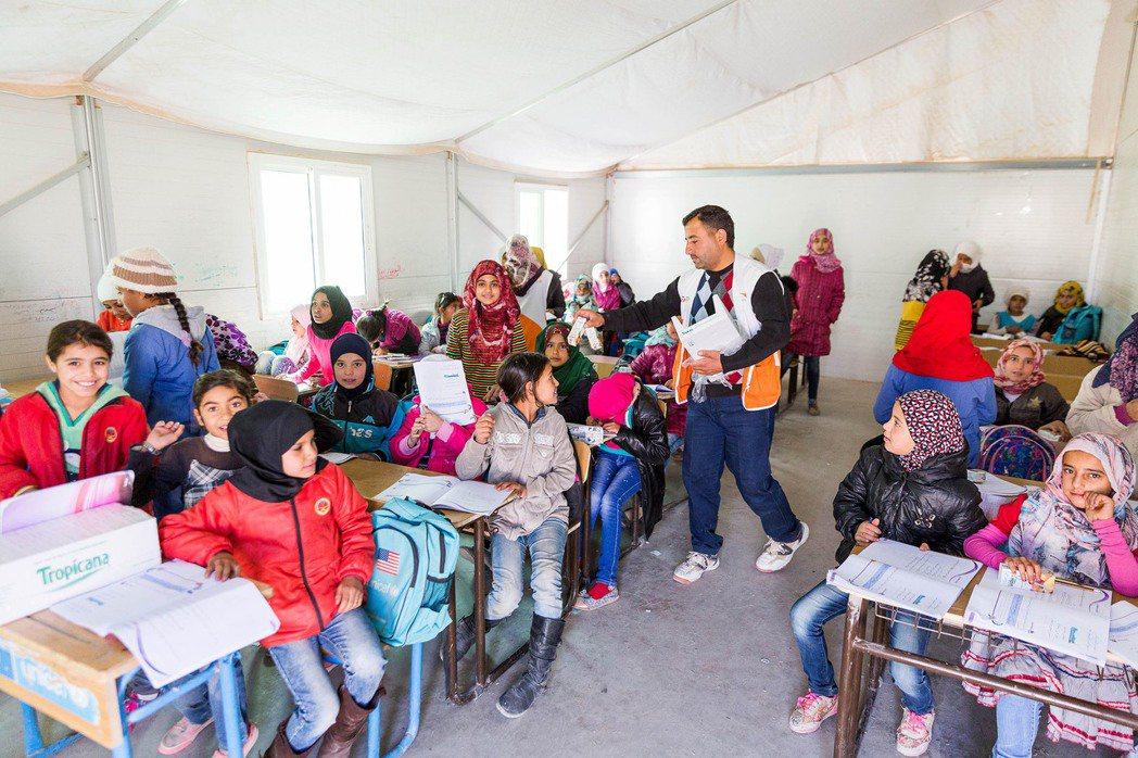 世界展望會為難民營的兒童提供糧食、飲水及教育。 圖/世界展望會提供