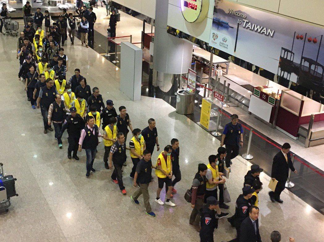 18名到印尼從事境外詐騙的台籍詐嫌,今年3月29日被遣返回台。 圖/刑事局提供