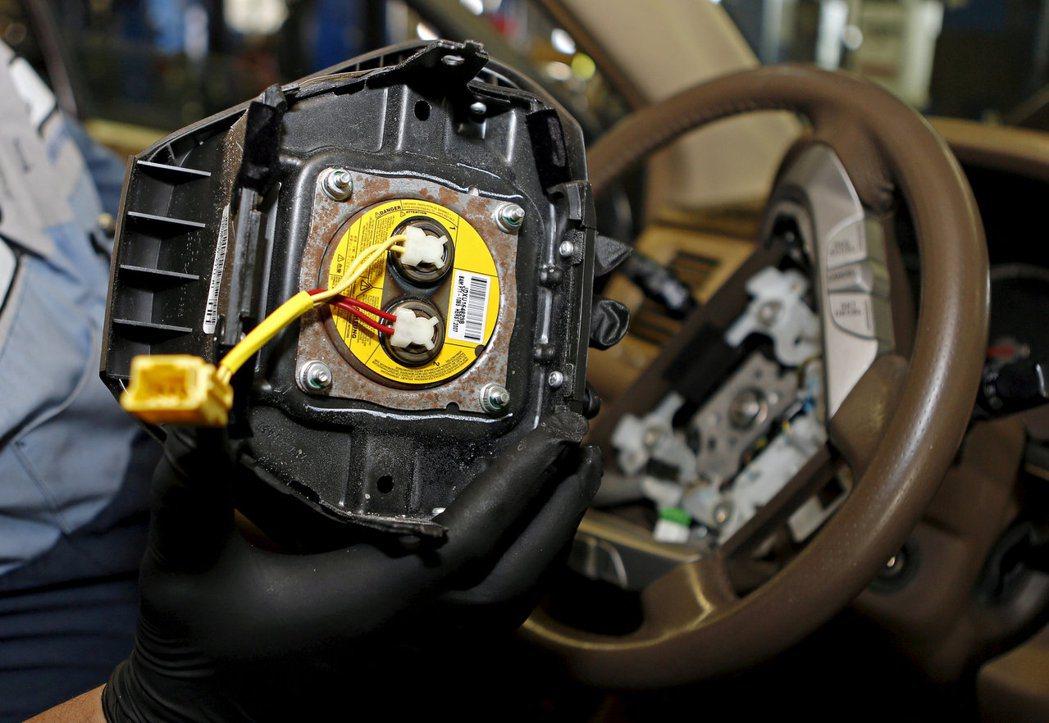 高田氣囊瑕疵品可能會因車禍意外引爆時,對座艙內射出金屬碎片。 摘自路透