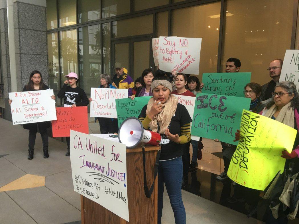 不少移民團體到屋崙州府大樓,抗議川普的移民政策。 記者劉先進/攝影