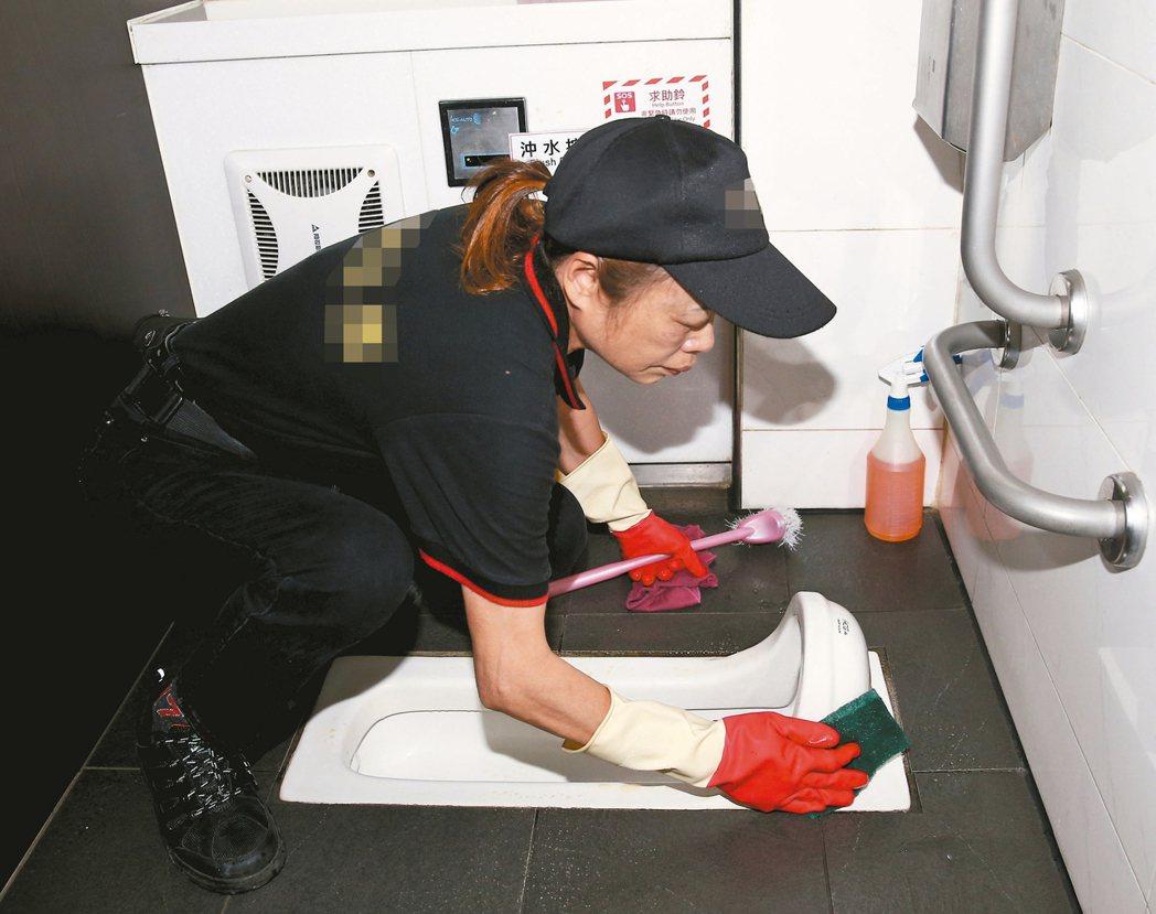 台灣民眾上廁所的壞習慣一籮筐,公廁的清掃維護相當繁重,尤其在各風景區,由於人潮眾...