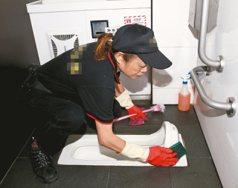 民眾如廁令人難以想像!清潔員邊洗邊掉淚