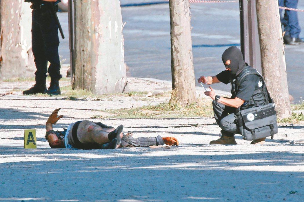 一名男子在巴黎香榭大道開車衝撞警車後死亡。 路透