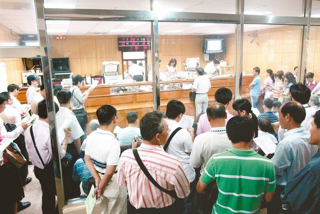 台北地院法拍屋投標盛況。 報系資料照