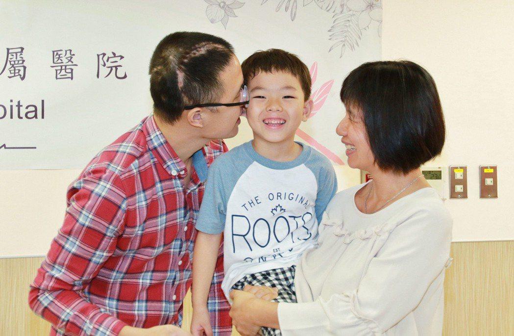 台中市環保局霧峰清潔隊員王俊昇(左),5月遭一名醉婦開車撞昏。經亞大醫院搶救,2...