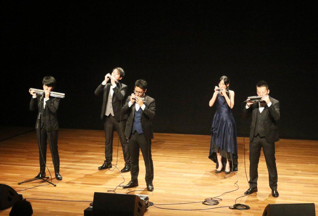 響譽國際的台灣茱蒂口琴樂團20日晚上首度赴星國演出,現場演出散發令人震撼與讚歎能...