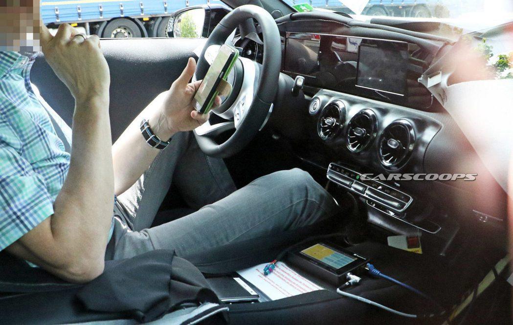 新款Mercedes-Benz A-Class內裝向老大哥E-Class、S-Class看齊。圖/摘自carscoops.com