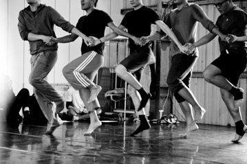 原初部落是什麼樣貌?真實又是什麼?面對著何謂「傳統」之問,太魯閣族編舞家瓦旦藉著舞蹈,密密編織出一個美好與破敗同在的時空。 圖/取自《國家兩廳院》