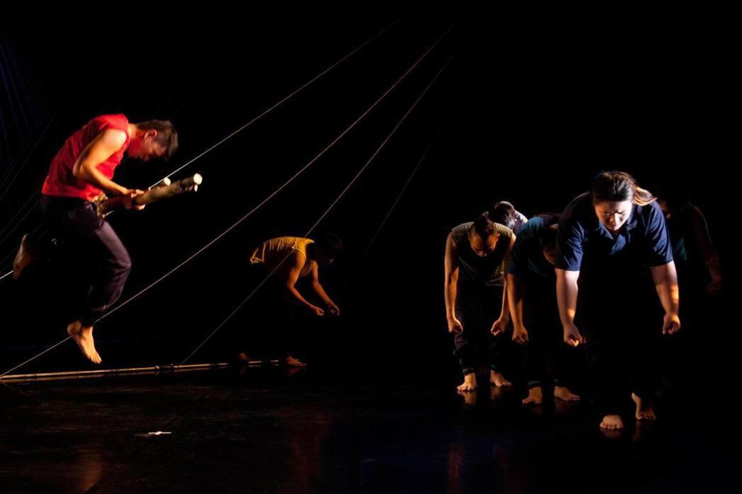 即興表現、傳統與現實的差異所顯現的真實處境,是閱讀TAI舞作的關鍵詞。圖為《橋下...