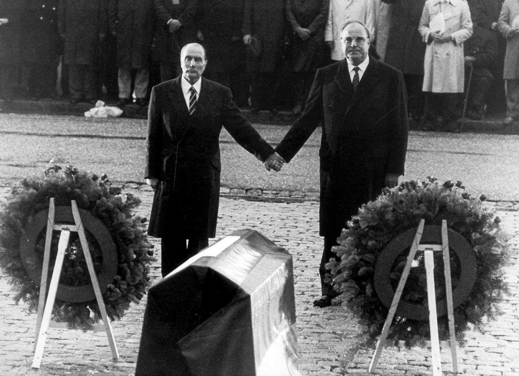兩德統一並非是科爾(右)一人說的算,除了蘇聯的戈巴契夫跟美國的老布希之外,法國時...