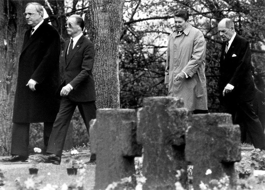 1985年科爾(左一)偕同美國雷根總統(右二)參訪西德紀念二戰的畢德堡(Bitb...