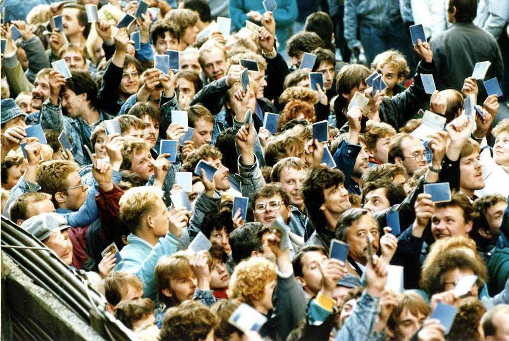 1989年10月4日,布拉格車站:手持證件的東德人民,從捷克邊境湧入西德。 ...