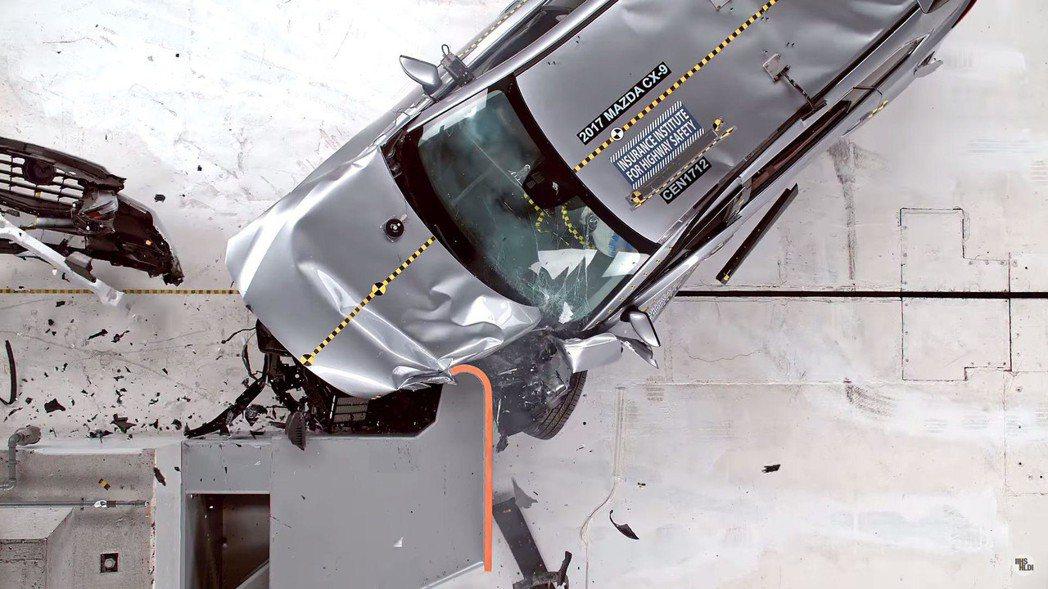 Mazda CX-9接受正面偏位小區撞擊測試。 摘自Motor 1