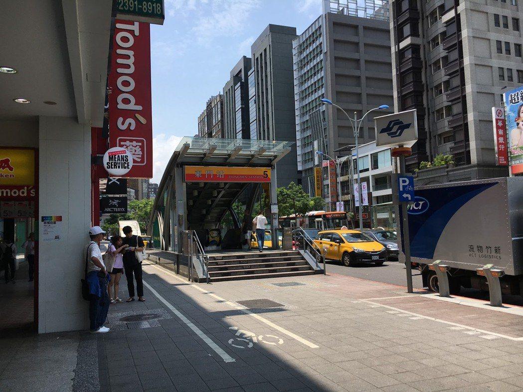 台北捷運東門站出口(屬捷運工程局)與騎樓店家之間的人行道(屬工務局)硬是劃出了一條自行車道(屬交通局)。  圖/作者自攝