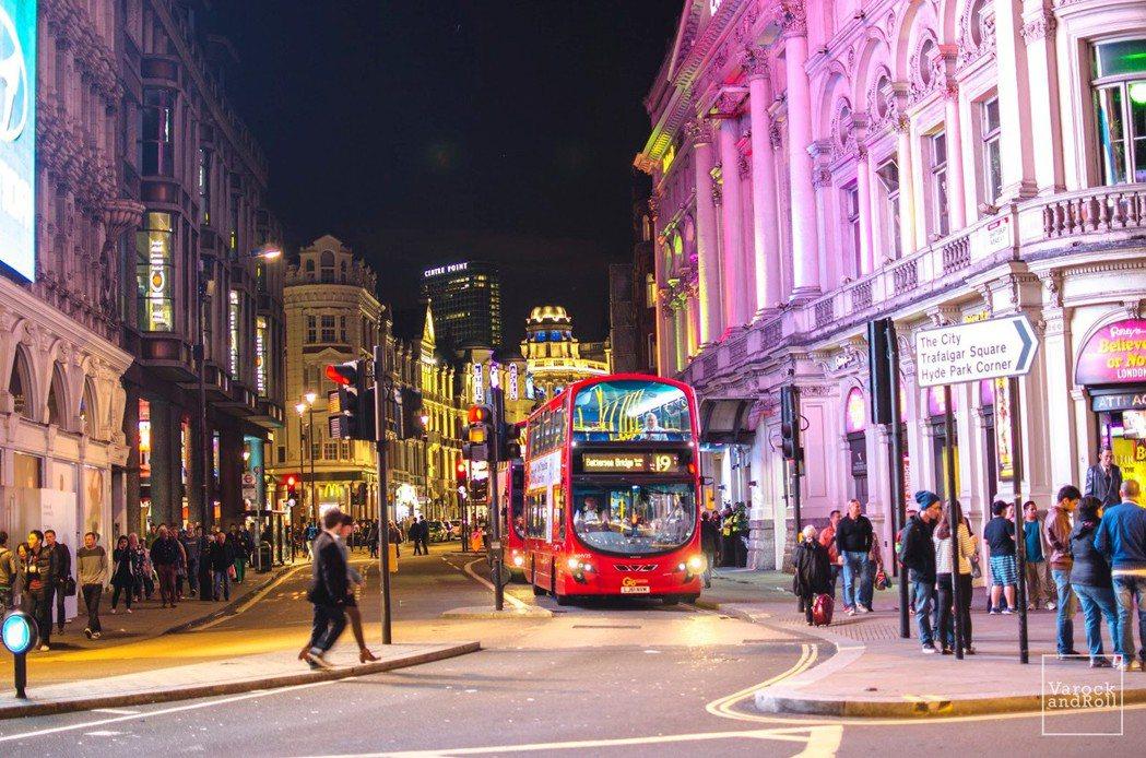 建築物之間的一切,從馬路、人行道、交通號誌到公車,都由單一政府機關控制。 圖/VarockAndRoll(CC BY-SA 2.0)