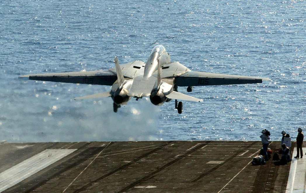 2003年美軍入侵伊拉克,一架F-14戰機從美國杜魯門號航空母艦上起飛準備空襲伊...
