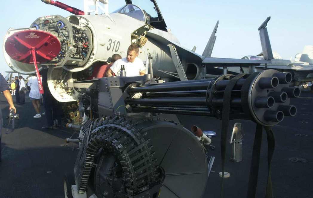 機砲在當代空戰中重要性愈來愈低。圖為一架維修中的F/A-18戰機及其機砲。 (美...