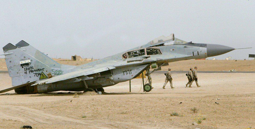 2003年美國入侵伊拉克,伊拉克空軍幾乎放棄和美軍空戰。圖為巴格達西方空軍基地一...