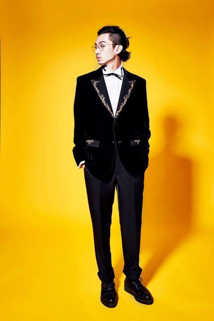 大劍領西裝、白色襯衫、黑色西裝褲 by Sophia WeddingStudio...