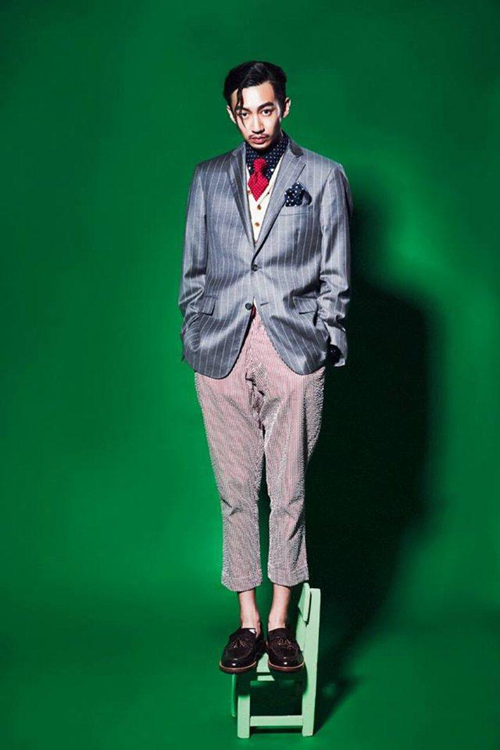 灰色西裝外套、深藍色襯衫、紅色領帶、藍色領巾 by Brooks Brother...