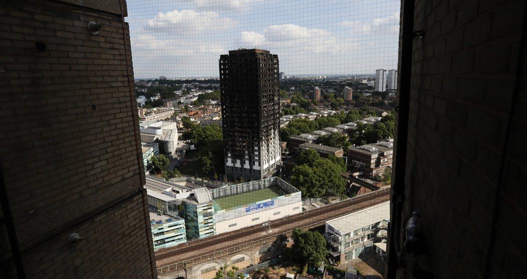 倫敦「格蘭菲塔」公寓大樓遭大火吞噬後,變成焦黑建築。(美聯社)