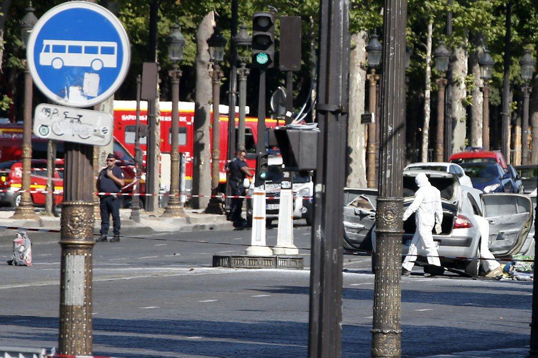 在巴黎香榭麗舍大道上,警察正調查被用來發動攻擊的車輛。(美聯社)