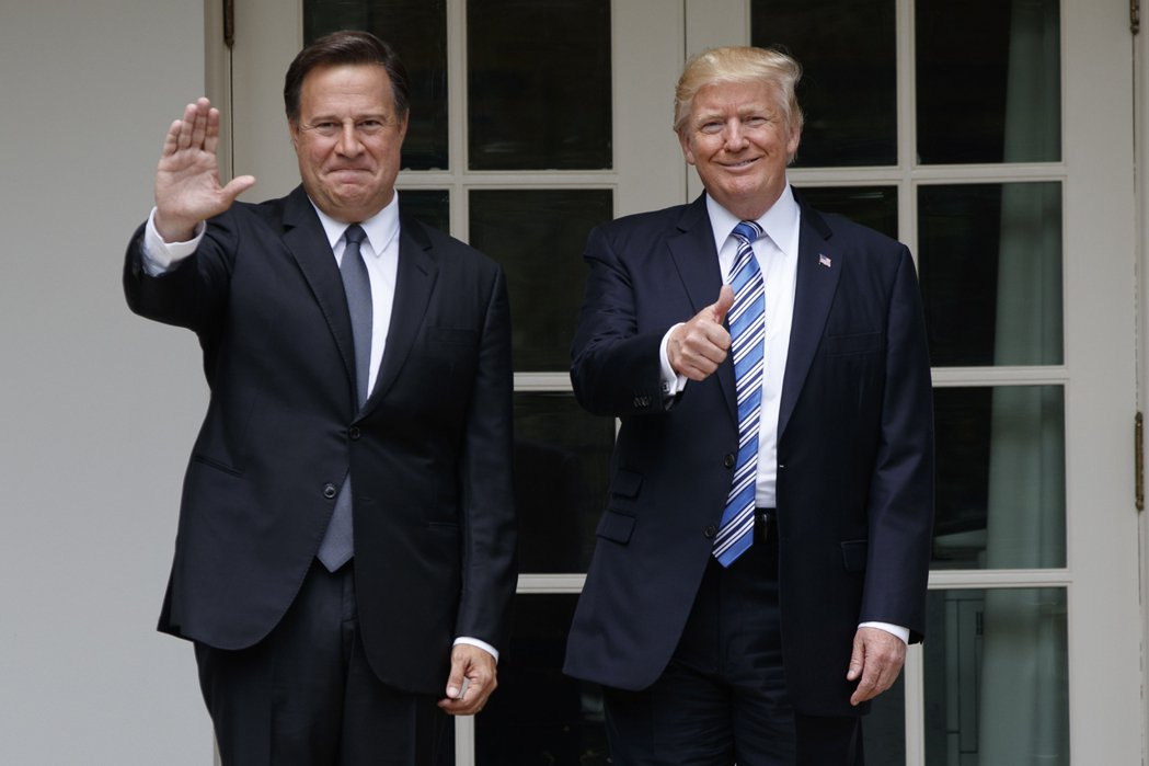 巴拿馬總統瓦雷拉(左)會晤美國總統川普。美聯社