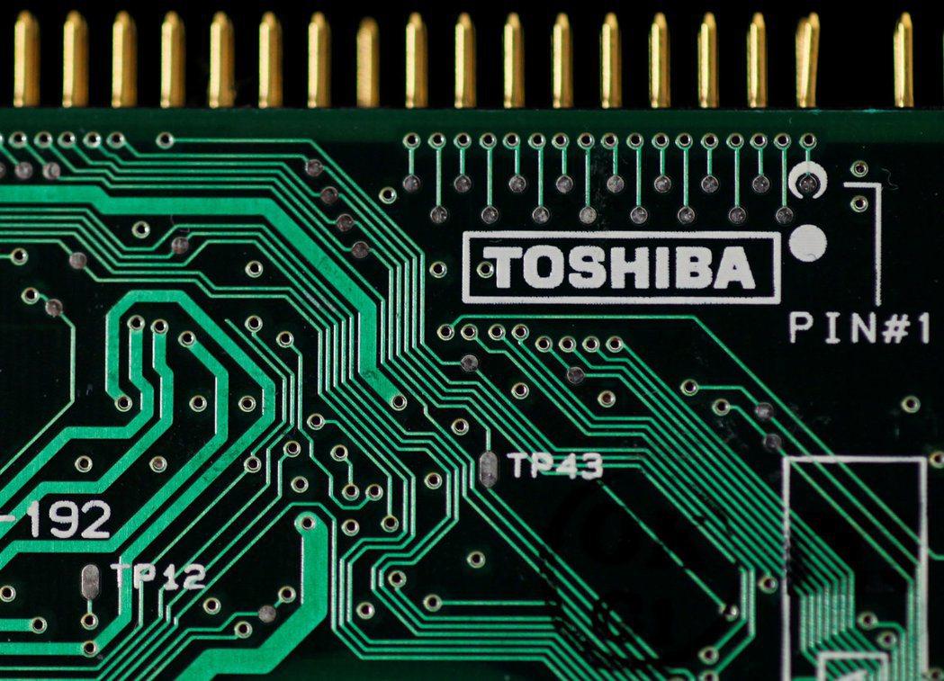 東芝出售半導體事業拖延下去,將給南韓晶片製造商趁勢成長的機會。(路透)