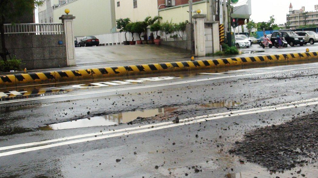 民雄交流道聯絡道的路基沒做好,路況相當差,縣府將重新整修。記者謝恩得/攝影