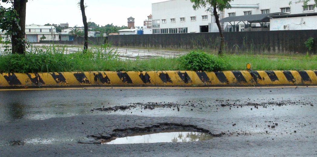 民雄交流道聯絡道在風梨景觀橋到台一線省道路口,沿途路面常在雨後出現許多坑坑洞洞。...