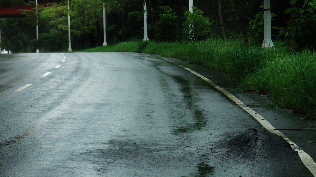 民雄交流道聯絡道不只有坑洞,柏油路面還會凸起。記者謝恩得/攝影