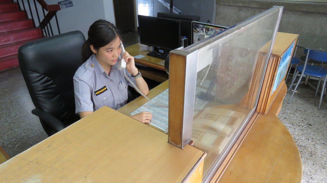 警察禁忌中有一說,值勤時不可坐值班台桌上,不然會有忙不完的事。記者潘俊偉/攝影