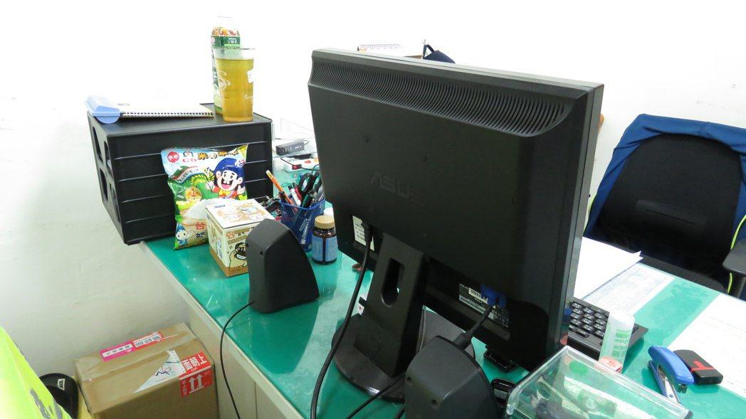 交通隊會在辦公桌擺上乖乖,祈求案件平順「乖乖」。記者潘俊偉/攝影