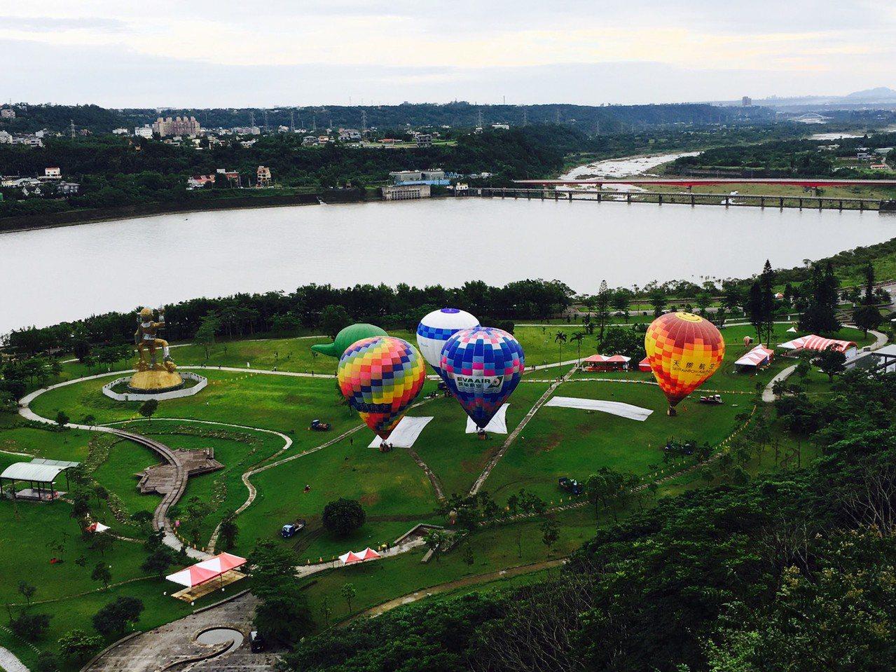 第二屆桃園石門水庫熱氣球嘉年華上周六開跑,今天終於盼到天氣轉晴,熱氣球一早在石門...