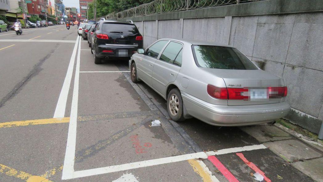 桃園市平鎮區忠貞市場附近龍德街, 畫設幾乎可停2輛車的「超霸氣」汽、機車停車格位...